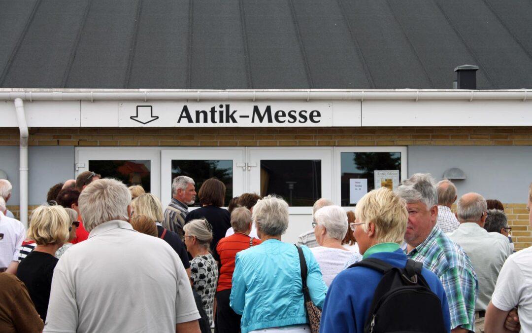Folk står i kø ved indgangen til åbningen af Løkken Antikmesse i 2013.